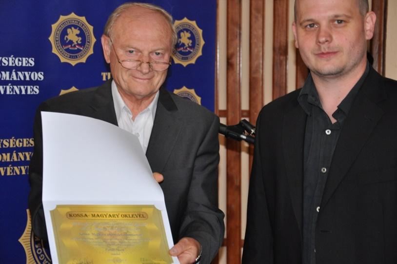 Pándi Ákos vesheti át a különdíjt dr. Herold Károlytól