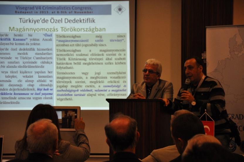 İsmail YETİMOĞLU előadása közben egy török újságíróval
